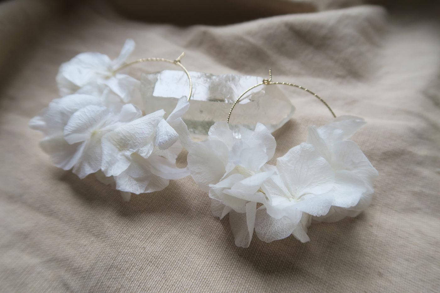 créoles en hortensia blanc