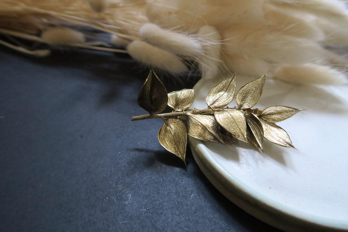 broche feuille dorée