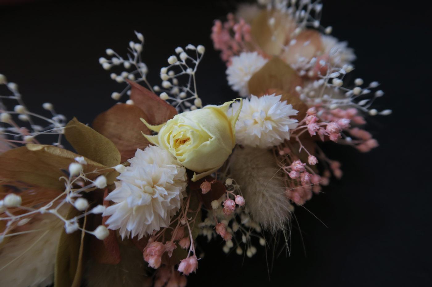détail rose jaune peigne mariée