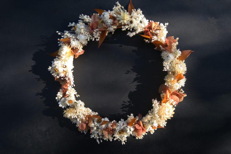 couronne de fleurs rosée