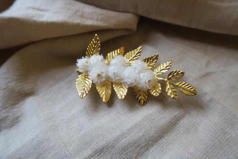 broche dorée laiton et fleurs séchées