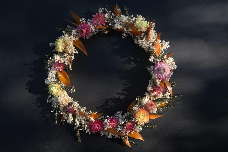 couronne de fleurs séchée lumineuse