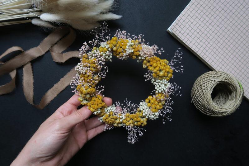 couronne de fleurs séchées jaune