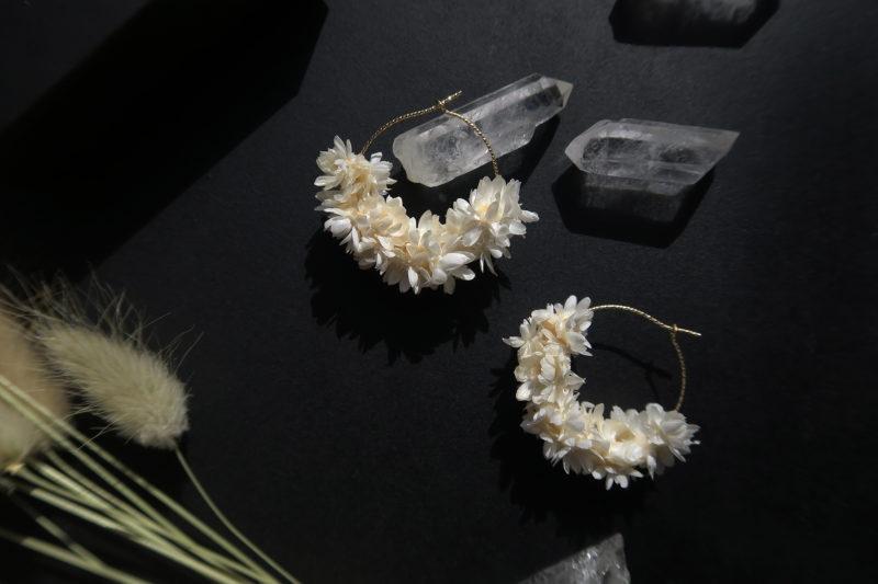 créoles en or et fleurs séchées