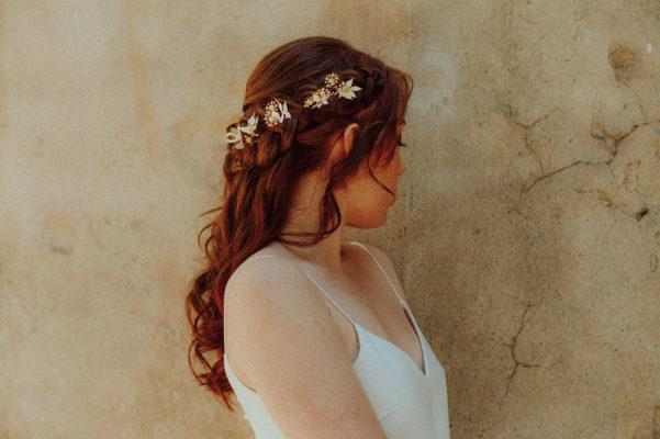 Des accessoires fleuris pour une mariée naturelle et moderne