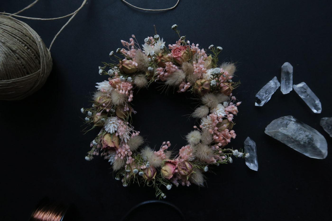 couronne de fleurs séchées rose décoration bohème