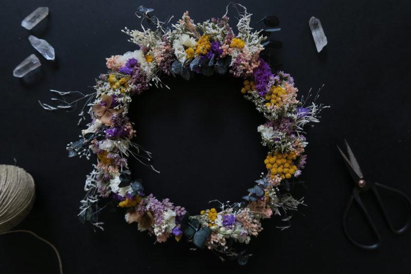 couronne de fleurs séchées colorée