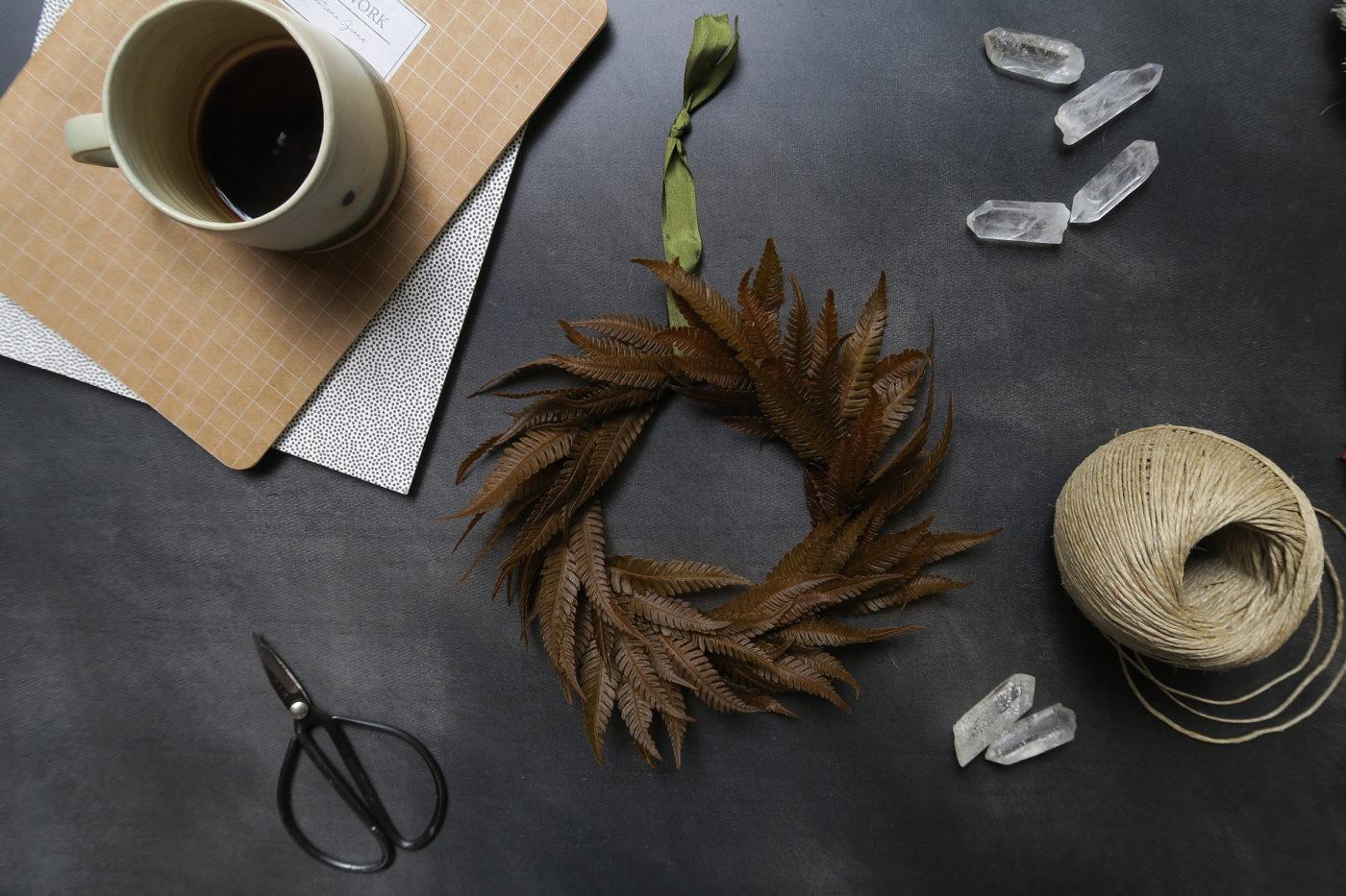 couronne murale décoration fleurs séchées automne hiver fougère brun
