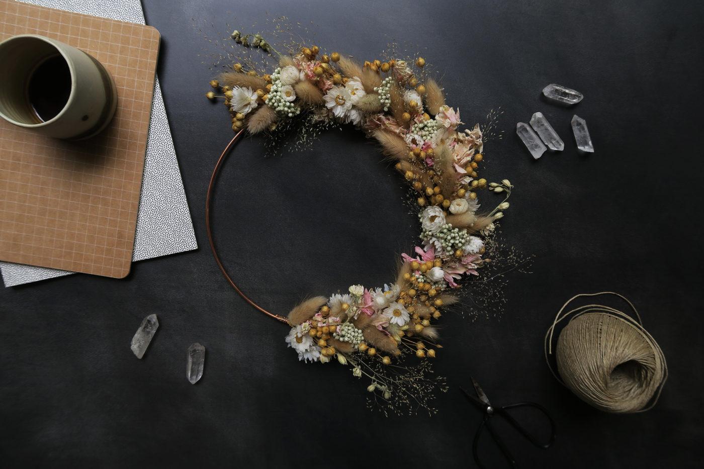 couronne de fleurs séchées décoration murale fleuriste toulouse maison bohème idée cadeau femme lin rose chaton rodanthe crémaillère