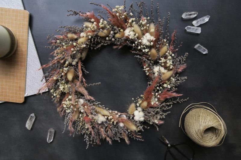 couronne de fleurs séchées décoration murale idée cadeau femme suspension fleuriste toulouse